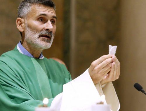 Pál Feri a templomban mise közben