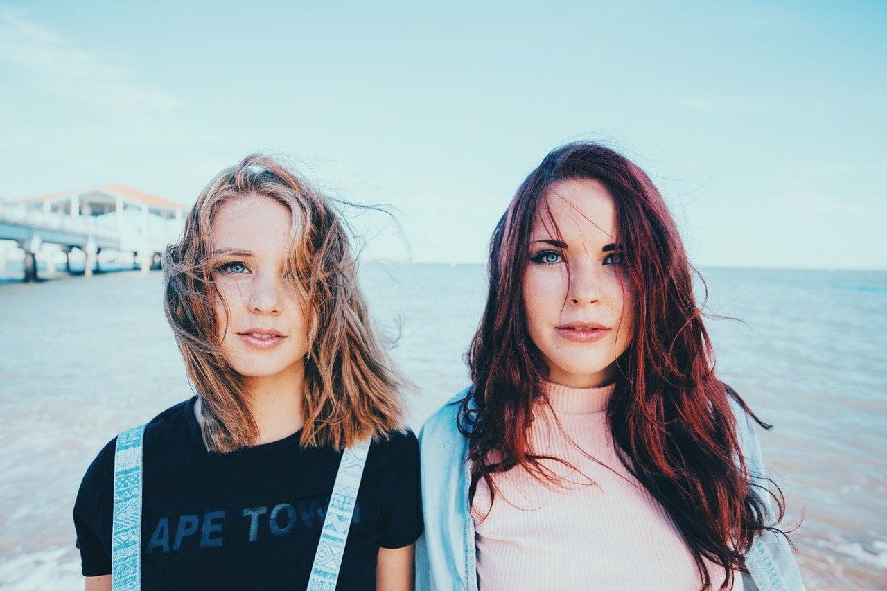 Lánytestvérek a tengerparton