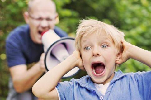 apa kiabál a gyerekével