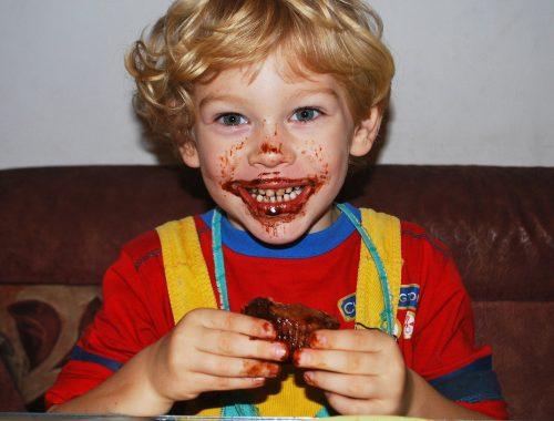 csokoládét eszik a gyerek