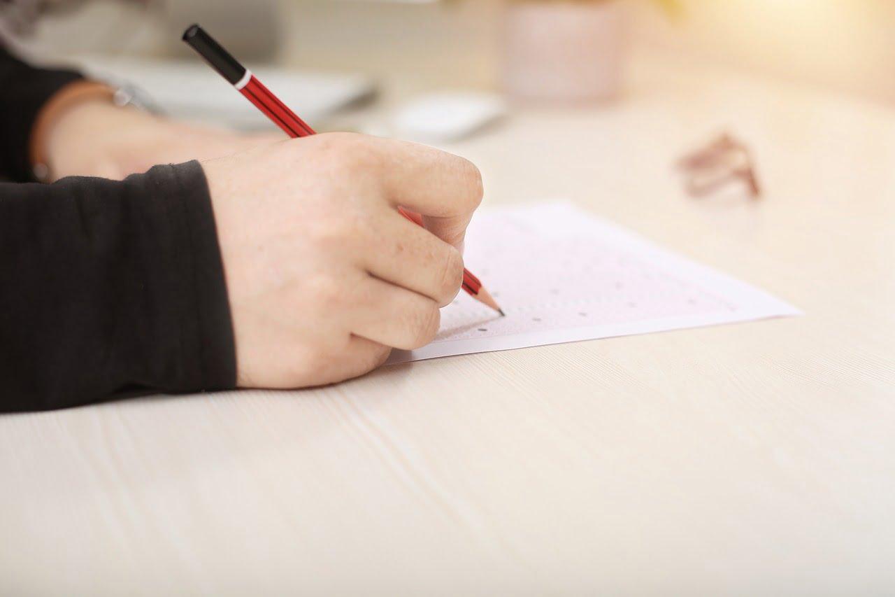 diák írásbeli vizsgát tesz