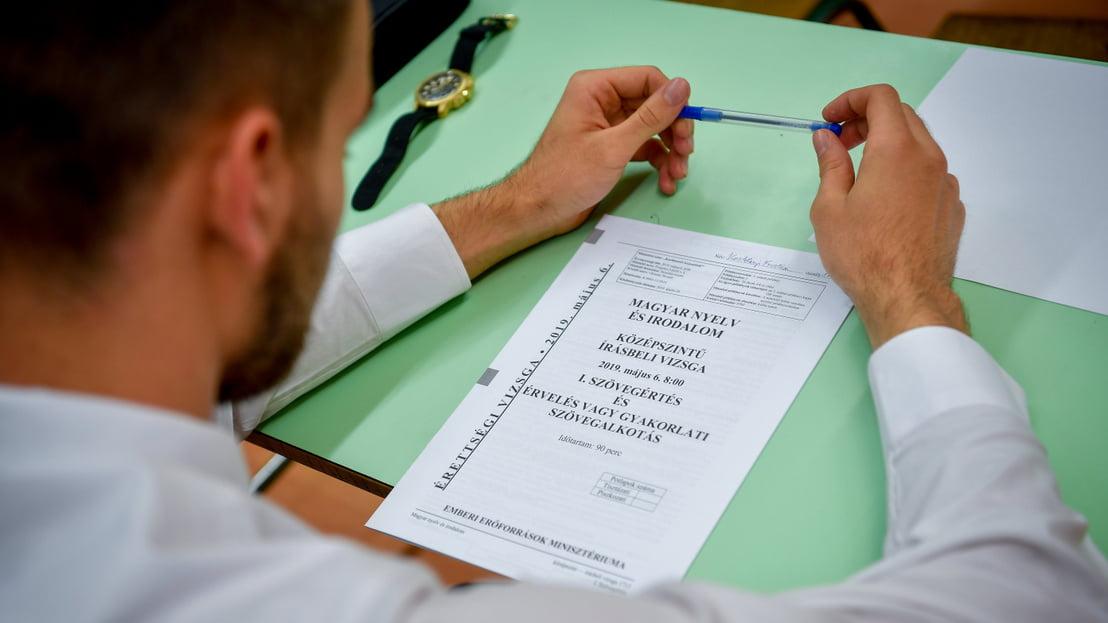 diák írásbeli érettségit tesz