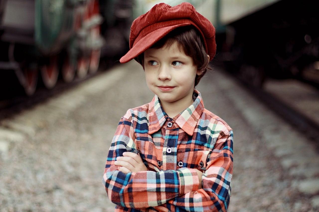 kisfiú kockás ingben és sapkában