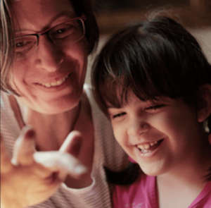 autista lány az anyukájával - Léleköntő Program