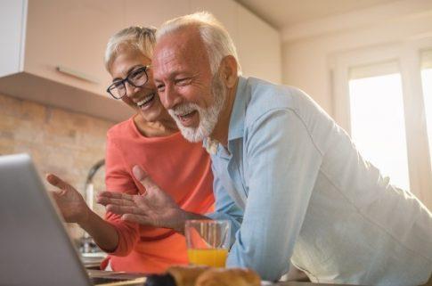 nagyszülők videochatelnek karanténban