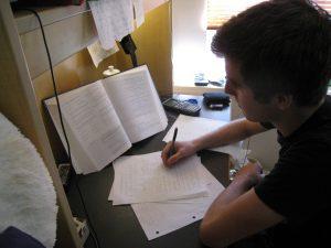 diák otthon jegyzeteli a tételeit